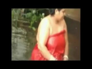 開放浴肥胖夫人在池塘由隱藏的凸輪