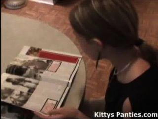 可愛的青少年小貓,讀一本雜誌