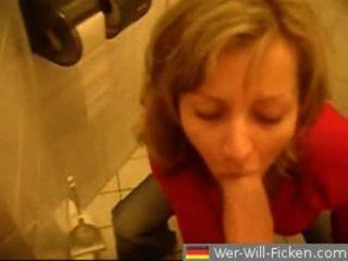 德國夫婦口交和他媽的在公共衛生間