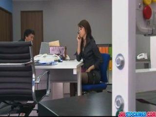 hojo玩弄她的貓在辦公室會議期間