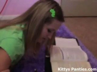 nubile 18yo小貓做她的科學家庭作業