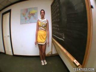 青少年學生推開她的老師