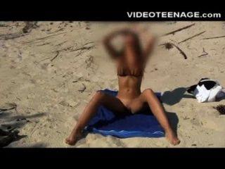 在海灘的淺黑膚色的男人青少年sandra