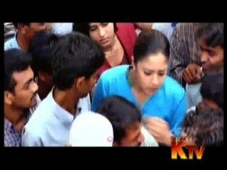 jyothika胸部擠壓在public.avi