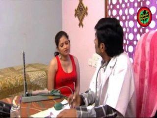 印度醫生熱浪漫與夫人在家的胸部呼吸和屁股打