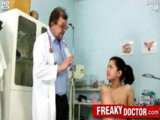 熱捷克黑妞monika被爸爸醫生指點