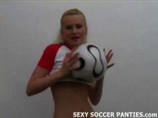離開她的製服的俏麗的波蘭足球寶貝