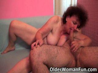 胖的奶奶喜歡他的公雞在她的嘴和貓
