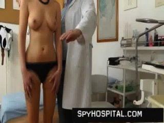 可愛的女孩陰戶抓住醫生隱藏凸輪