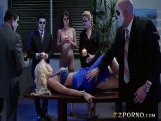 豐滿的Courtney泰勒打扮和接收凌亂暨臉上