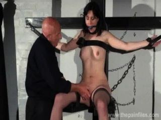 gagged奴隸誠實caballeros色情統治和乳頭酷刑的黑髮