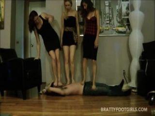 3女孩面對踐踏