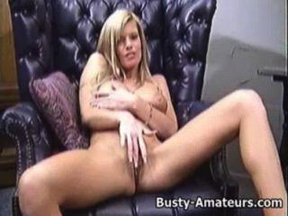打她的在長沙發的貓的大乳房
