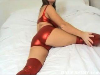 cate戲弄閃亮的紅色pvc內褲