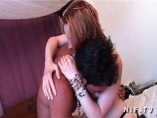 漂亮的年輕女孩在絲襪與漂亮的山雀深層sodomized