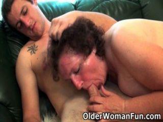 胖的奶奶在沙發上鑽