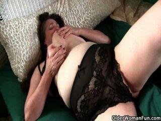 豐滿的奶奶不得不照顧她顫抖的硬陰蒂