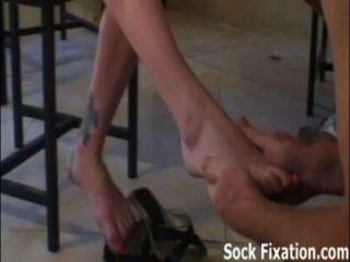 吸我的腳趾,舔我的陰部奴隸男孩!