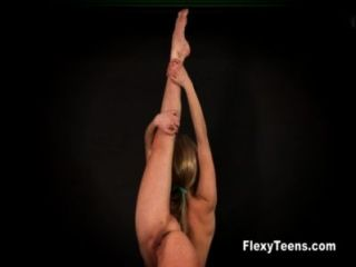 靈活的blondie顯示赤裸體操