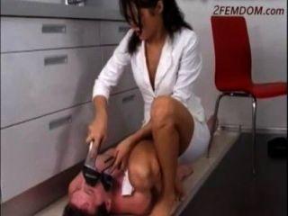 俄羅斯女神踐踏奴隸