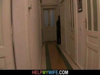 老丈夫支付一個陌生人來釘她的年輕妻子