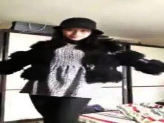 中國女孩在網絡攝像頭顯示自己