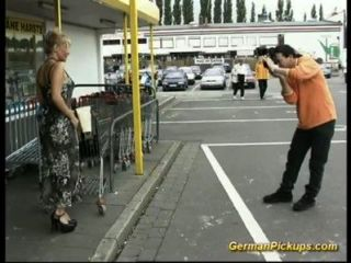 無奈的女士在商店拿起
