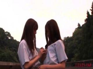 2個女小學生親吻的寵愛,當站立室外時
