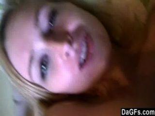 年輕金發戲弄與她的攝像頭在她的臥室裡。