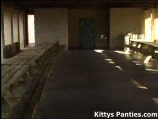 18yo青少年小貓踢在裙子的足球