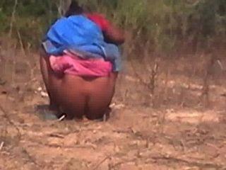 泰米爾阿姨抓住隱藏的相機,當她撒尿