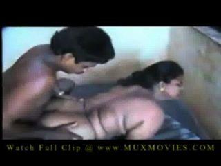印度大胸部阿姨他媽的一個年輕的男孩
