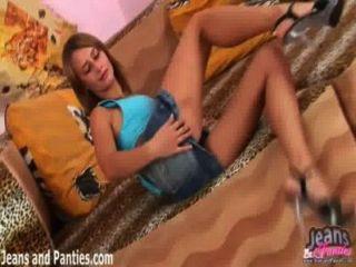valya拉起她的裙子,閃爍她的內褲