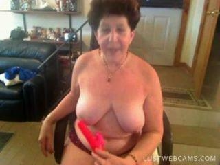 奶奶假陽具她的陰部和屁股上凸輪