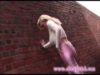 緊膚粉紅色緊身褲,設計師粉紅色高跟鞋,出在伯明翰