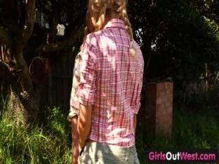 女孩在西部瘦的金發女同性戀在後院