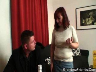 撲克玩奶奶得到兩個傢伙