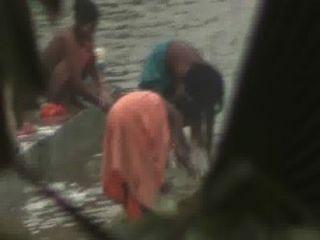 印度婦女打開浴在池塘由隱藏的凸輪偷窺者