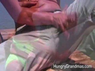 奶奶得到了熱精子的負荷
