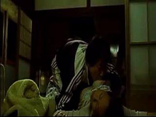 他媽的亞洲女人,而她睡覺