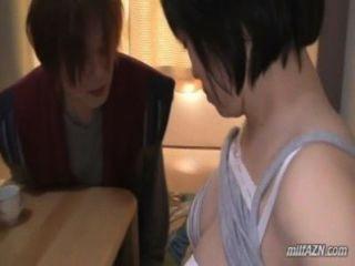豐滿的成熟女人得到她的乳房摩擦貓舔由年輕的傢伙亞光