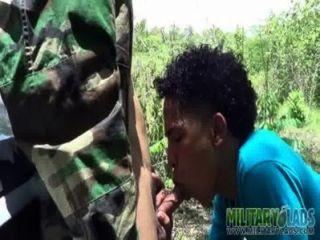 軍隊男孩有一個陌生人pricknick
