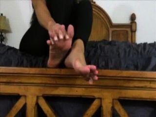 美麗的女主人希望你崇拜和暨在她的腳