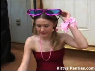 在一個逗人喜愛的小的裙子的小貓吹的泡影
