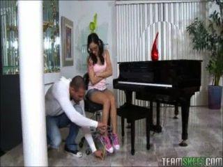 小青少年鋼琴演奏者扮演一個巨大的公雞