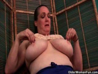 奶奶護士照顧她的瘙癢的陰部