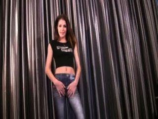 洛拉在緊身牛仔褲