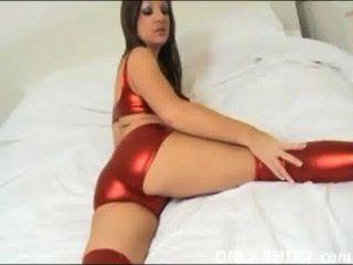 只有閃亮的紅色pvc內褲