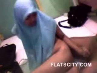 可愛的hijabi寶貝給handjob到她的bf和他媽的小狗