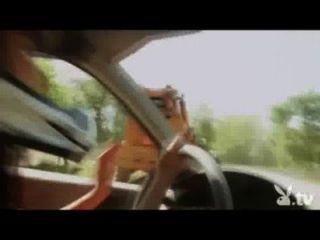 裸體女孩駕駛在爆破德比!